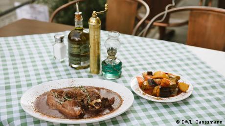 «Το αρνί είναι ένα από τα εθνικά φαγητά μας. Τρώγεται είτε το Πάσχα, είτε σε γάμους είτε σε άλλες περιστάσεις, σερβίρεται πάντα χωρίς πρόβλημα. Κυρίως μαγειρεμένο στον φούρνο ή στη σχάρα», εξηγεί ο Αθανάσιος Γκόρτσας... κυρίως στους Γερμανούς πελάτες που δεν γνωρίζουν καλά την ελληνική κουζίνα.