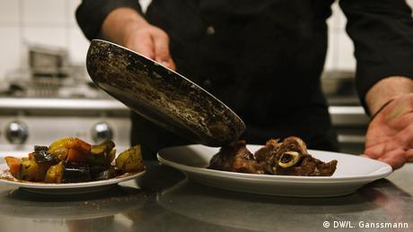 Τα Mπαχαρικά, τα λαχανικά, ο βασιλικός, ο μαϊντανός, η ρίγανη παίζουν σημαντικό ρόλο στην παραδοσιακή ελληνική κουζίνα. Όπως και τα σπάνια μυρωδικά. Το ψητό αρνάκι είναι σίγουρα ένα από τα αγαπημένα ελληνικά πιάτα. Στην ταβέρνα «Ουσία» σιγοψήνεται για τουλάχιστον δύο ώρες σε χαμηλή φωτιά μέσα σε σάλτσα κόκκινου κρασιού.