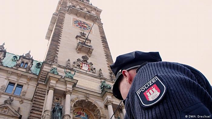 Deutschland G20-Vorbereitungen in Hamburg - Polizist vor dem Rathaus