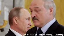 03.04.2017 Russian President Vladimir Putin, left, and Belarus' President Alexander Lukashenko arrive at their news conference following talks at Konstantin palace in St.Petersburg, Russia, Monday, April 3, 2017. The two leaders announced that they have settled the energy dispute between the two ex-Soviet neighbors and allies during their talks Monday. (AP Photo/Dmitri Lovetsky, Pool)