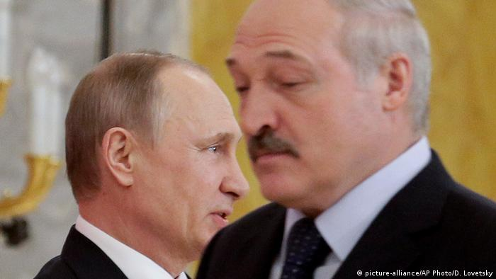 Russian President Vladimir Putin and Belarus' President Alexander Lukashenko looking in opposite directions at a news conference after talks in 2017 (picture-alliance/AP Photo/D. Lovetsky)