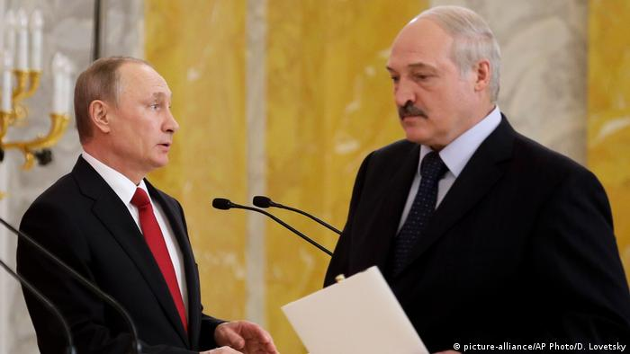 Alexander Lukashenko walks past Vladimir Putin during a press conference in St. Petersburg (picture-alliance/AP Photo/D. Lovetsky)