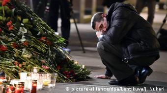 Цветы и свечи на месте трагедии в Санкт-Петербурге