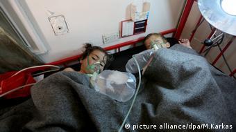 Сирійські діти, які постраждали внаслідок отруйної атаки на місто Хан-Шейхун