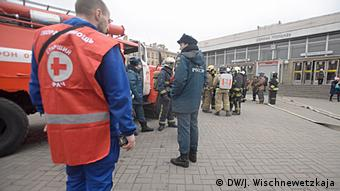 Машина и врачи скорой помощи, а также полицейские и спасатели