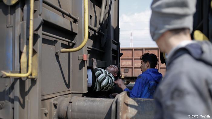 Riskante Flucht von Flüchtlingen aus Griechenland (DW/D. Tosidis)