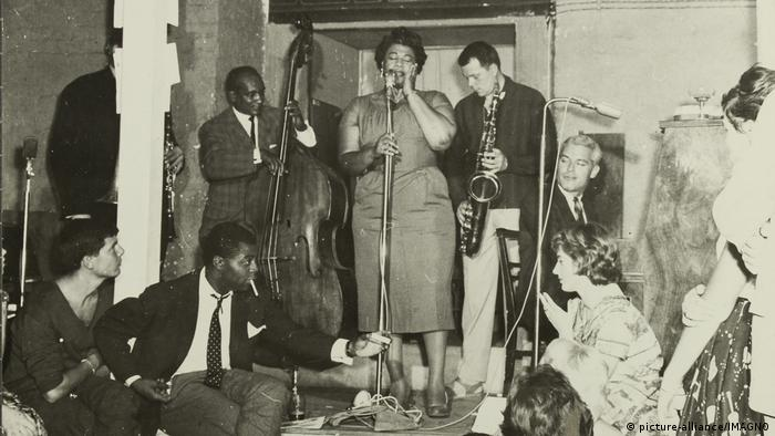 Ella Fitzgerald and saxophonist Hans Koller (picture-alliance/IMAGNO)
