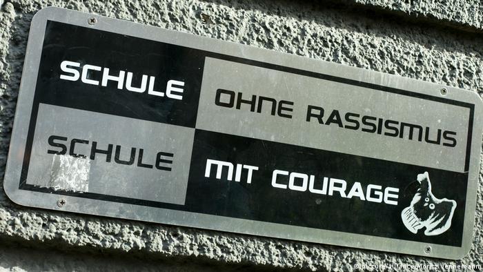 Deutschland Schild am Eingang einer Berliner Schule 'Schule ohne Rassismus, Schule mit Courage'