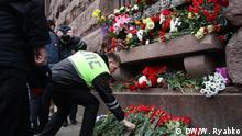 die U-Bahn in St. Petersburg und Menschen, die Blumen gebracht haben, um die Erinnerung an die Opfer des Terroranschlag zu ehren. (c) DW/Wioletta Ryabko