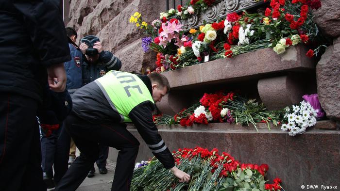 Люди возлагают цветы в память о жертвах теракта в петербургском метро