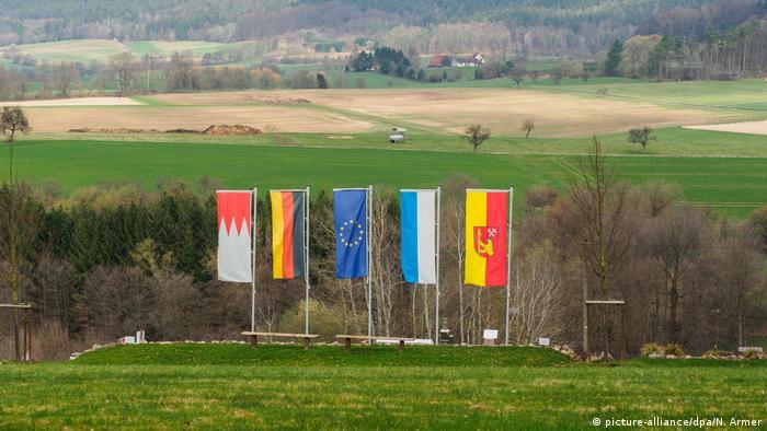 Várias bandeiras marcam o atual centro geográfico da UE, em Westerngrund
