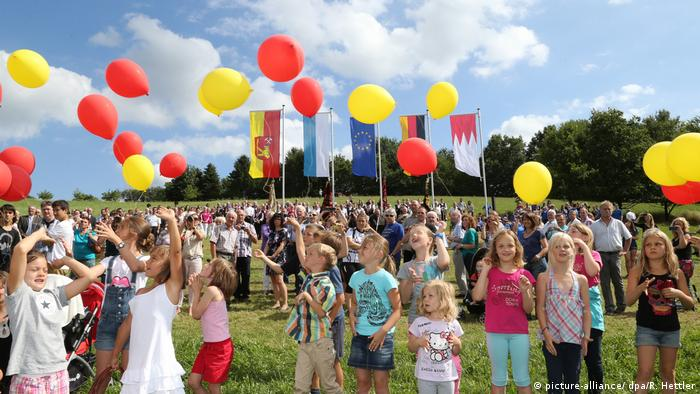 Local kids celebrate with colorful balloons in Westerngrund (picture-alliance/ dpa/R. Hettler)