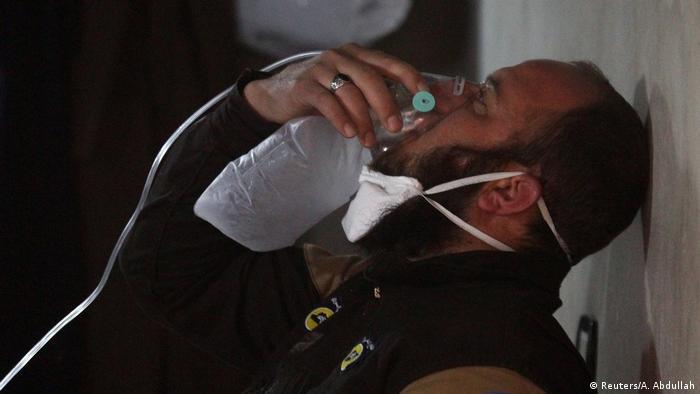 أحد العاملين في الدفاع المدني بخان شيخون وقد اصيب باختناق جراء الهجوم بالغاز