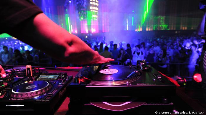 DJ em discoteca