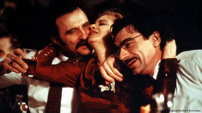 Imagen del filme Underground: tres personas festejando.