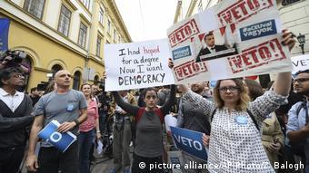 Ungarn Tausende in Budapest bei Menschenkette für bedrohte Uni