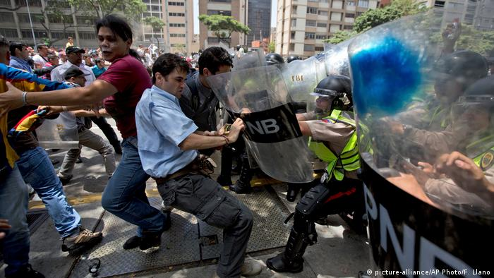 Venezuela Proteste in Caracas (picture-alliance/AP Photo/F. Llano)