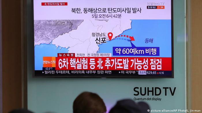 Südkorea TV-Bericht über Raketentext von Nordkorea in Seoul (picture-alliance/AP Photo/L. Jin-man)