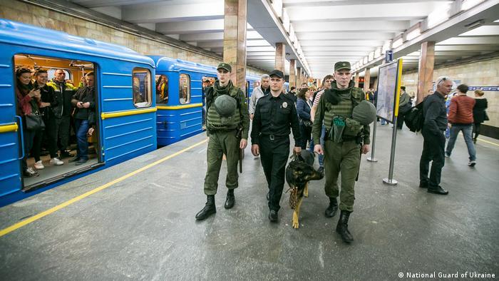 Національна гвардія патрулює станцію метро Контрактова Площа в Києві