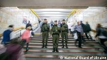 Diese Bilder sind von National Guard of Ukraine Diese Soldaten sind die Teil der neue Sicherheitsmaßnahmen in Kiewer U-Bahn.