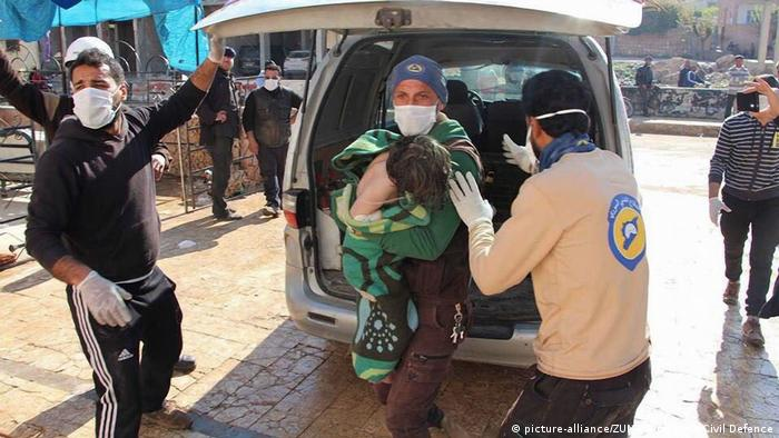 A photo provided by the Syria Civil Defense shows volunteers with a victim of a supposed poison gas attack in Chan Sheikhun, Syria. (picture-alliance/ZUMA Wire/Syria Civil Defence)