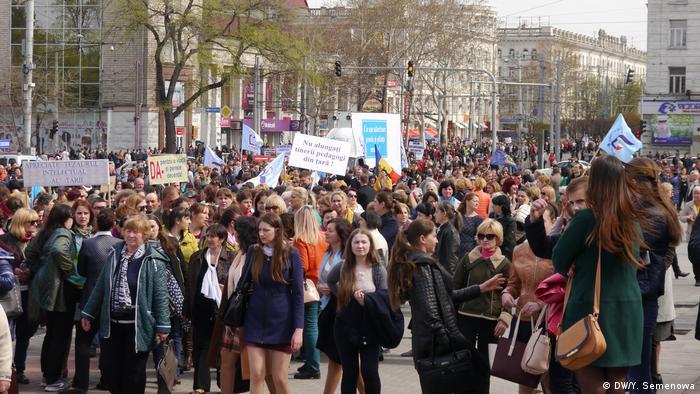 Участники акции протеста учителей и ученых Молдавии