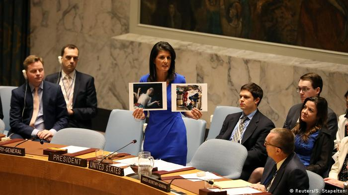 A embaixadora americana na ONU, Nikki Haley, exibe ao Conselho de Segurança imagens de crianças vítimas do ataque