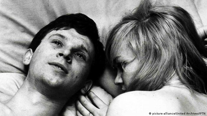 Filmstill , heads of man and woman in bed (picture-alliance/United Archives/IFTN)