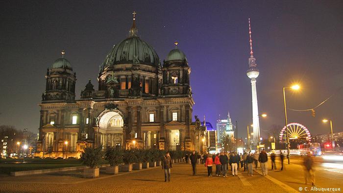Vista do Berliner Dom com torre de televisão de Berlim ao fundo