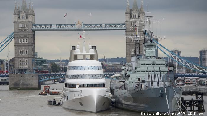 A 390ft motor yacht belonging to Russian tycoon Andrey Melnichenko, alongside HMS Belfast (right) on the River Thames in London. (picture-alliance/empics/PA Wire/D. Mirzoeff)