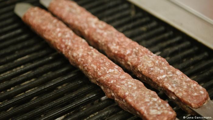 Preparation of lule Kebabat Dwin in Berlin (Photo: Lena Ganssmann)