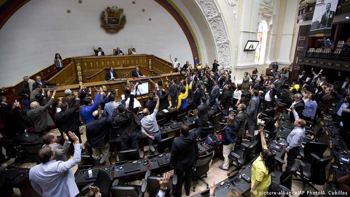 Venezuela - Parlament will Oberstes Gericht absetzen (picture-alliance/AP Photo/A. Cubillos)