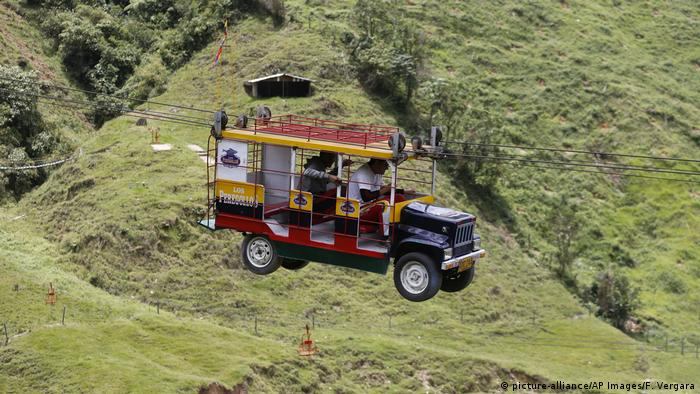 Kolumbien Tourismusboom Seilbahn La Chiva Voladora (picture-alliance/AP Images/F. Vergara)