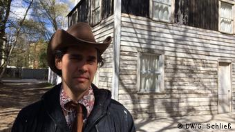 artist Ryan Mendoza in front of Rosa Parks House in Berlin (DW/G. Schließ)