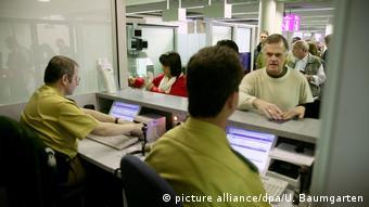 Співбесіда щодо мети поїздки відбувається під час паспортного контролю
