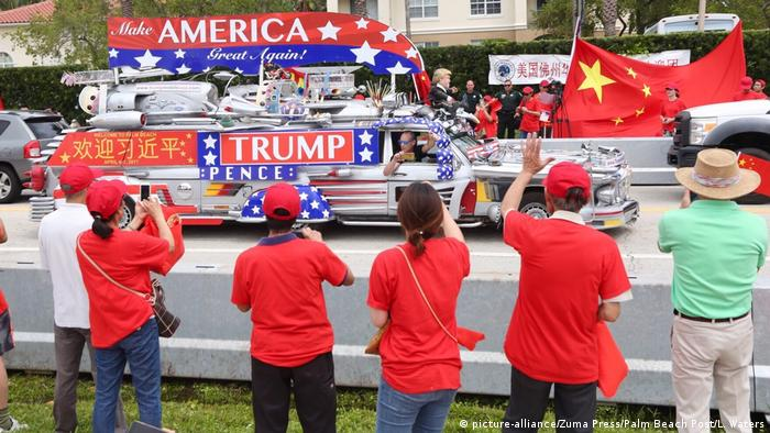 USA China - Xi Jinping & Donald Trump in Florida | Demonstranten pro & contra (picture-alliance/Zuma Press/Palm Beach Post/L. Waters)