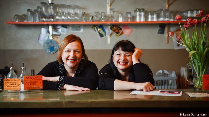 Die Schwestern Evelyn und Julia Csabai vom Berliner Café Lola was here (Foto: Lena Ganssmann)