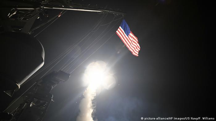 Syrien USA Luftangriff auf Militärbasis (picture-alliance/AP Images/US Navy/F. Williams)