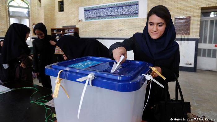 Los iraníes comenzaron hoy a votar en los comicios presidenciales en un ambiente relajado, pese a lo disputado de la elección entre el actual mandatario, el moderado Rohaní, y el clérigo conservador Raisí. Desde primera hora de la mañana de este viernes los ciudadanos iraníes empezaron a acercarse a los centros de votación.(19.05.2017)