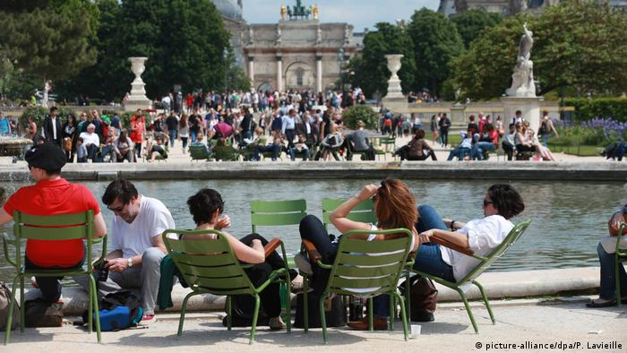 Turistas descansam no Jardin des Tuileries, em Paris