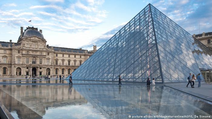Vista do Museu do Louvre com a famosa pirâmide de vidro