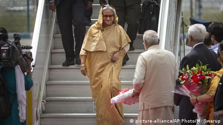 Indien Sheikh Hasina mit Narendra Modi (picture-alliance/AP Photo/M. Swarup)