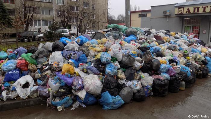 Дике сміттєзвалище в одному з дворів Львова