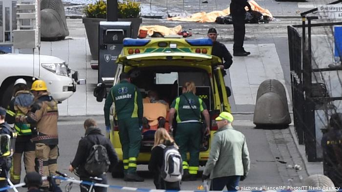 Schweden Stockholm LKW fährt in Menschenmenge (picture-alliance/AP Photo/TT News Agency)