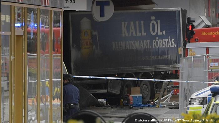 Schweden Stockholm LKW fährt in Menschenmenge (picture-alliance/AP Photo/TT News Agency/A. Wiklund)