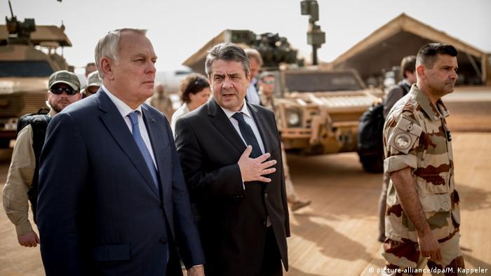 Außenminister Sigmar Gabriel in Mali (picture-alliance/dpa/M. Kappeler)