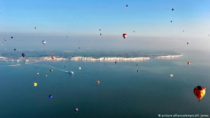 Hot air balloons over England (picture-alliance/empics/V. Jones)