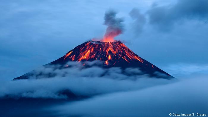 Leuchtende Lavaströme Tungurahua Vulkan