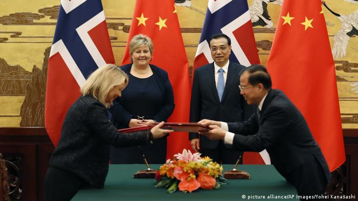 China und Norwegen nähern sich nach Nobelpreis-Streit wieder an | Erna Solberg und Li Keqiang (picture alliance/AP Images/Yohei Kanasashi)