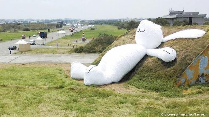 Florentijn Hofman: Giant White Rabbit in Taiwan (picture alliance/dpa/Tao Yuan)
